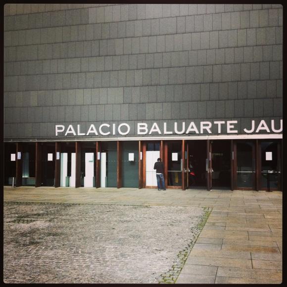 Puerta de acceso al Palacio Baluarte de Pamplona, Navarra.